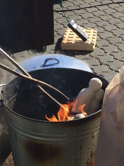 Nach dem Brand bei 1000 Grad, kommt die Skulptur in ein Faß mit Sägespähne